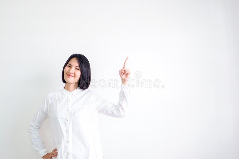 As meninas asiáticas que vestem as camisas brancas são recomendadas imagens de stock