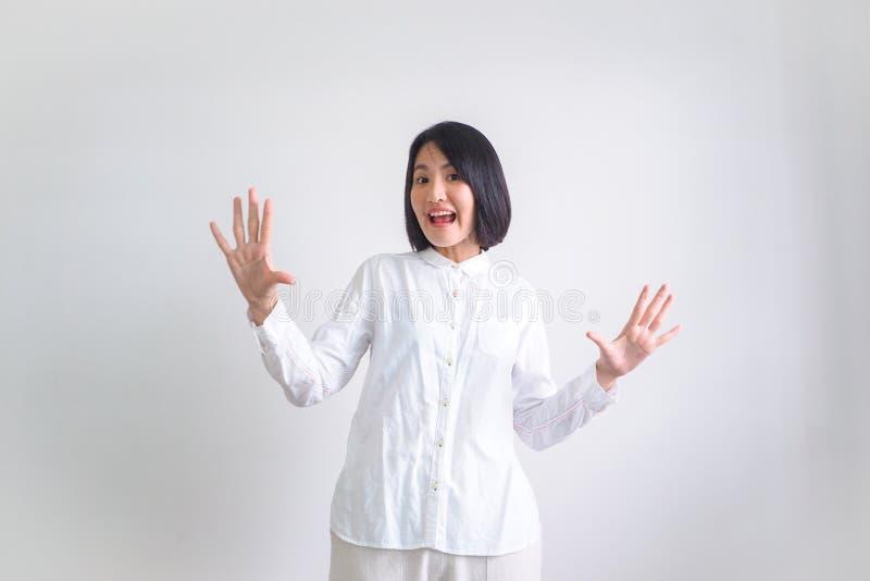 As meninas asiáticas que vestem as camisas brancas sentem boas fotos de stock royalty free