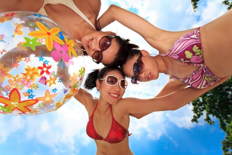As meninas asiáticas têm o divertimento sob o sol fotos de stock royalty free