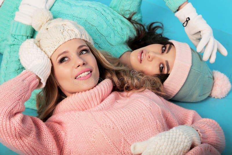 As meninas bonitas com cabelo encaracolado no inverno acolhedor morno vestem-se fotografia de stock
