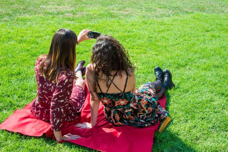 As meninas bonitas estão falando através do skype fotos de stock