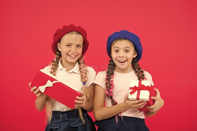 As meninas bonitos pequenas receberam presentes de ?poca natal?cia Traga a felicidade ?s crian?as Os melhores presentes para cria fotos de stock royalty free