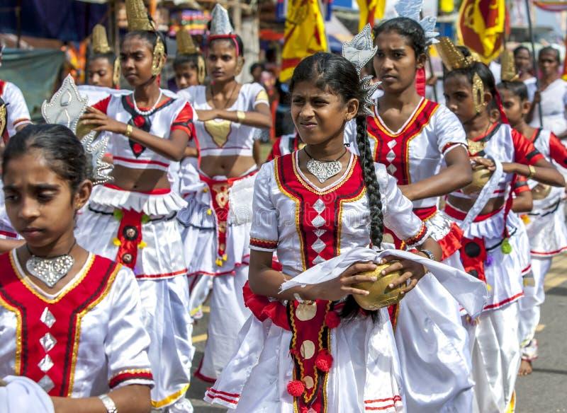 As meninas cingalesas executam durante o perahera de Hikkaduwa em Sri Lanka imagens de stock