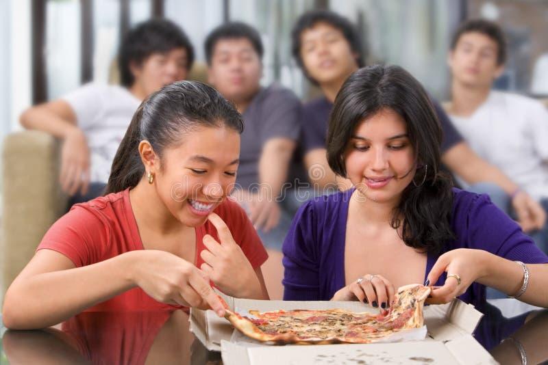 As meninas começ a primeira possibilidade comer a pizza imagens de stock royalty free