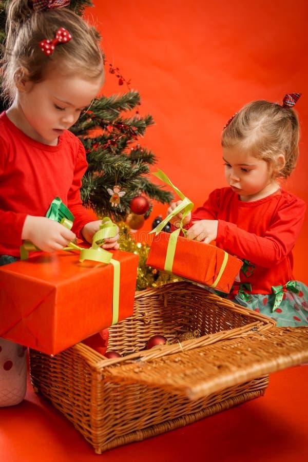 Download As Meninas Desembalam Seus Presentes Imagem de Stock - Imagem de caucasiano, christmas: 80100009
