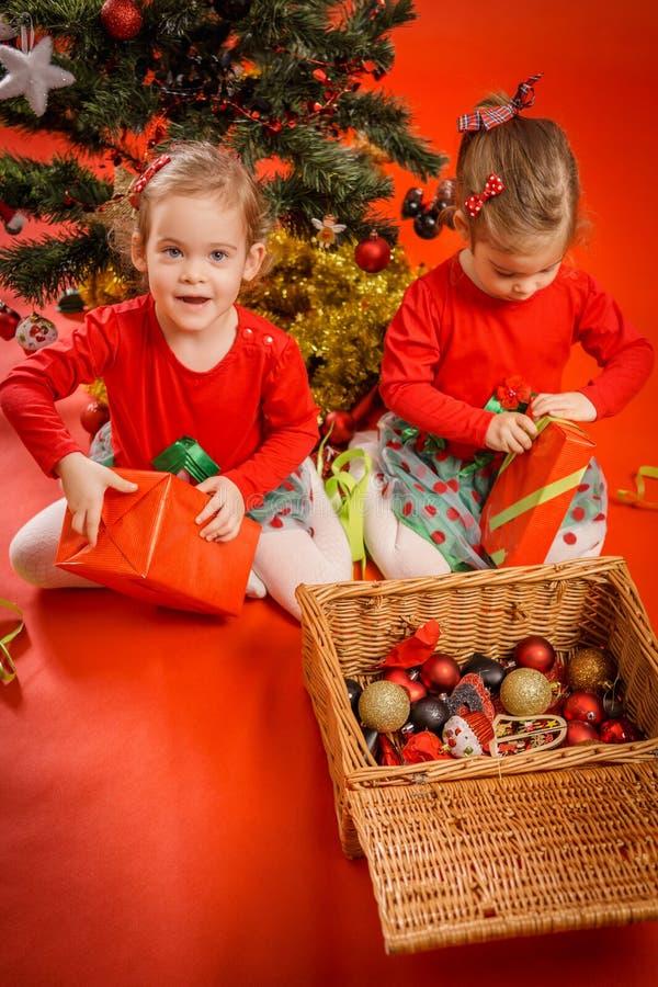 Download As Meninas Desembalam Seus Presentes Foto de Stock - Imagem de decoração, criança: 80100648