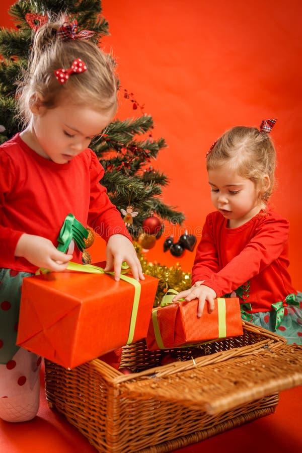 Download As Meninas Desembalam Seus Presentes Foto de Stock - Imagem de celebration, divertimento: 80101580
