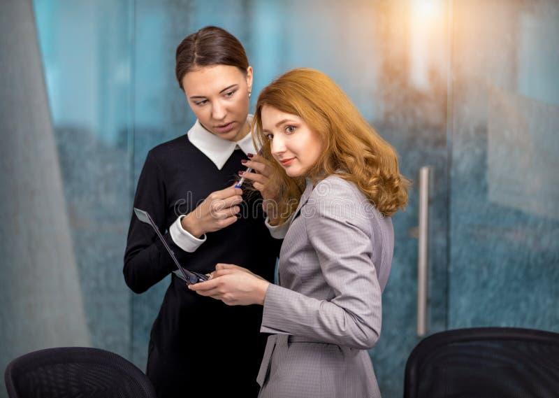 As meninas discutem a intriga no escritório imagens de stock