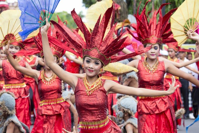 As meninas do Balinese vestiram-se em um traje nacional para a cerimônia da rua em Gianyar, ilha Bali, Indonésia foto de stock royalty free