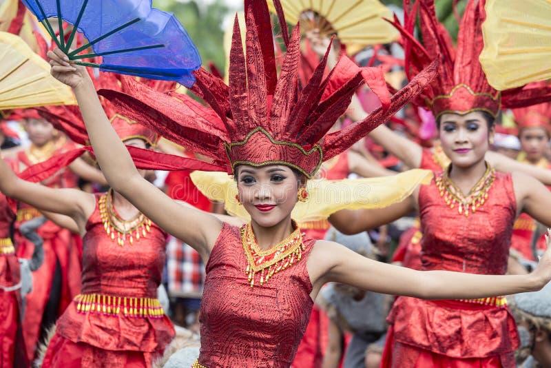 As meninas do Balinese vestiram-se em um traje nacional para a cerimônia da rua em Gianyar, ilha Bali, Indonésia foto de stock