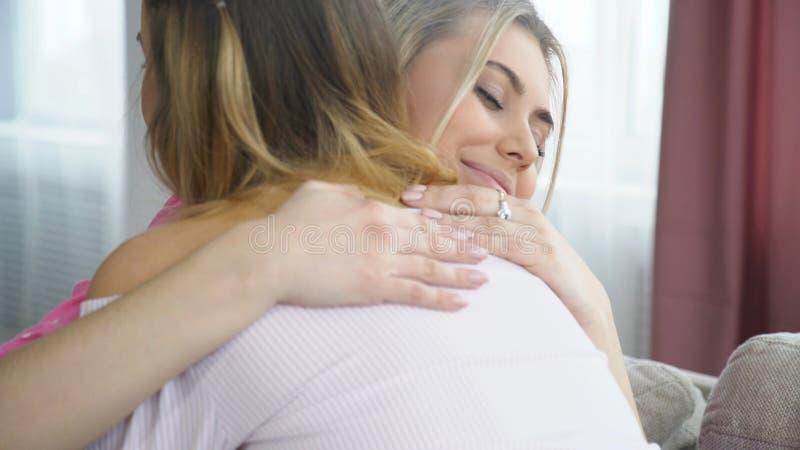 As meninas do bff da amizade da estagnação do amor do abraço reconcíliam imagem de stock royalty free