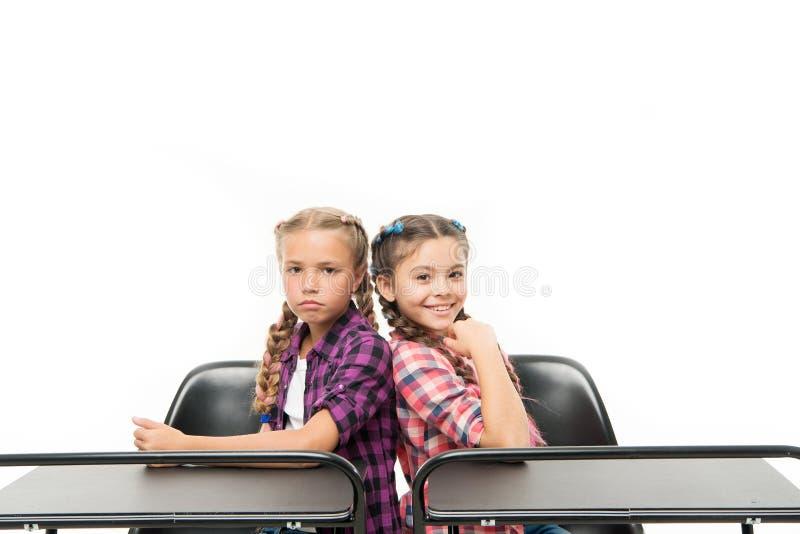 As meninas educam amigos estudam junto Os colegas dos estudantes sentam a mesa De volta ? escola Conceito da escola privada imagens de stock