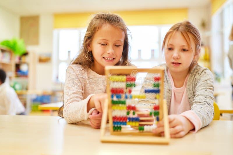 As meninas estão começando aprender como alunos novos imagens de stock