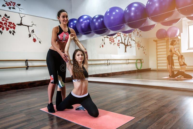 As meninas estão fazendo a ioga fotos de stock royalty free