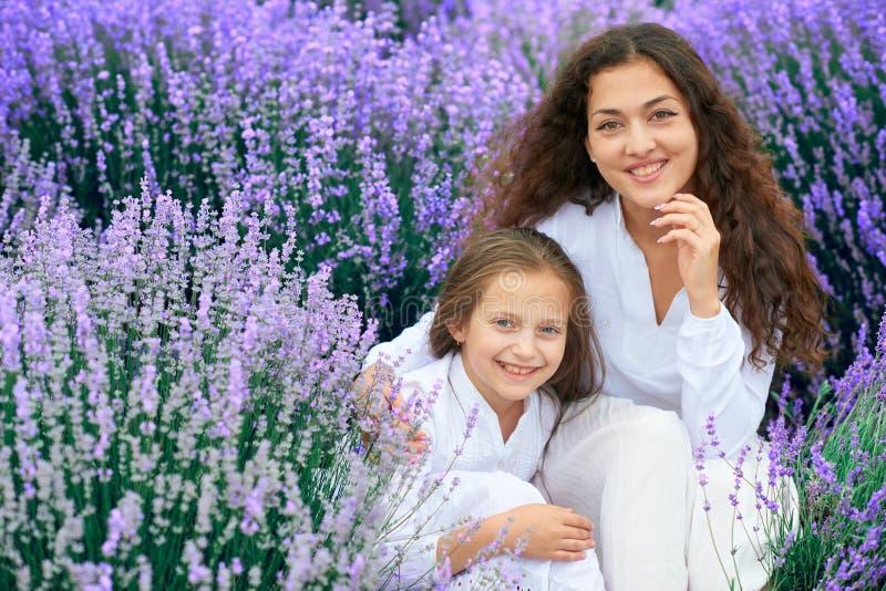 As meninas est?o no campo de flor da alfazema, paisagem bonita do ver?o imagem de stock royalty free