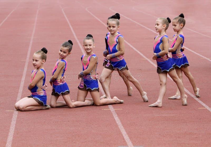 As meninas executam na cerimónia de inauguração imagem de stock