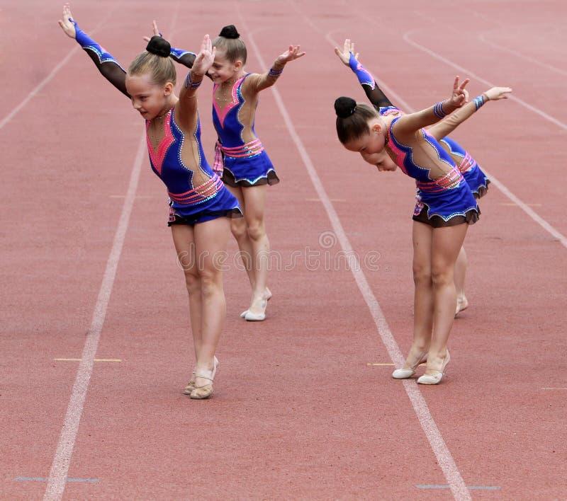 As meninas executam na cerimónia de inauguração fotos de stock royalty free