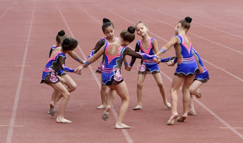 As meninas executam na cerimónia de inauguração imagens de stock