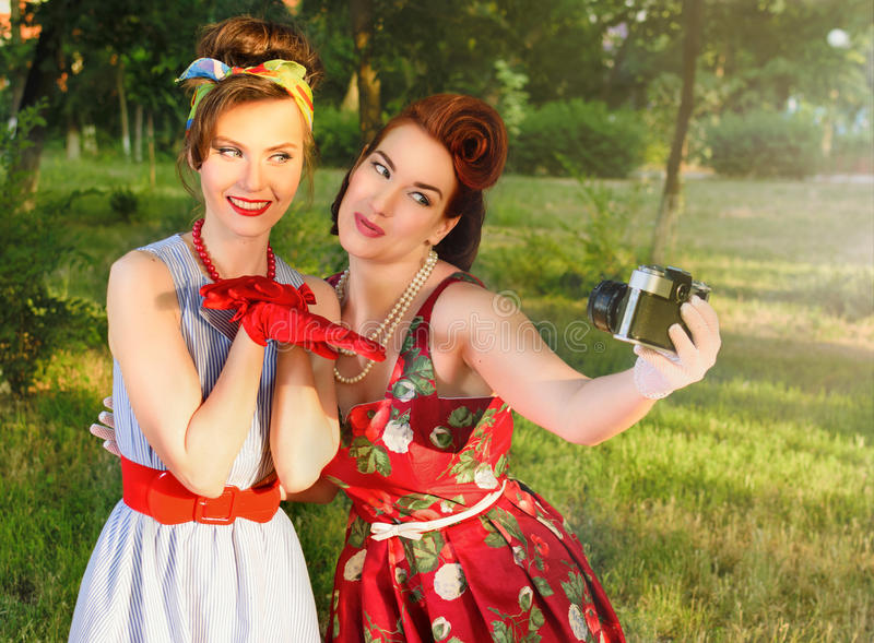 As meninas fazem imagens em um piquenique retros fotografia de stock royalty free