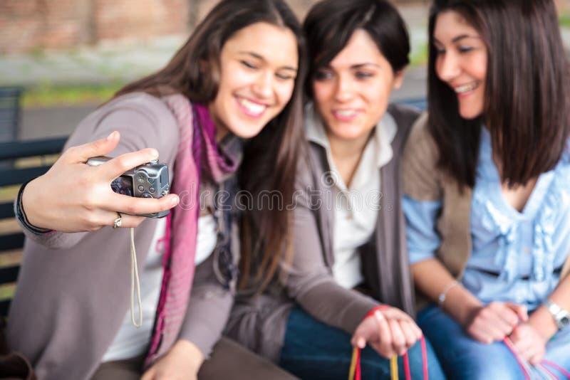 As meninas felizes tomam uma foto fotos de stock