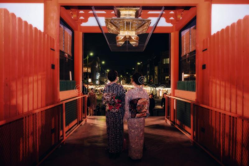 As meninas japonesas visitam o santuário de Yasaka, Kyoto fotos de stock