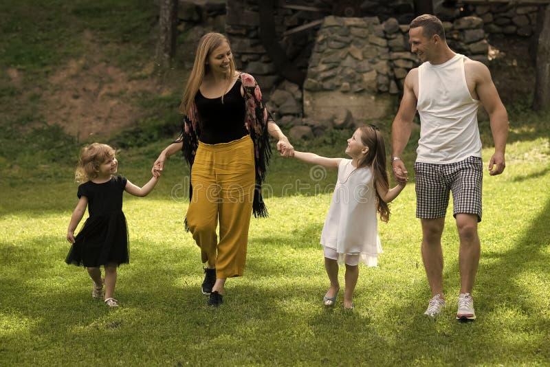 As meninas, a mulher e o homem sorriem na paisagem do verão imagens de stock royalty free