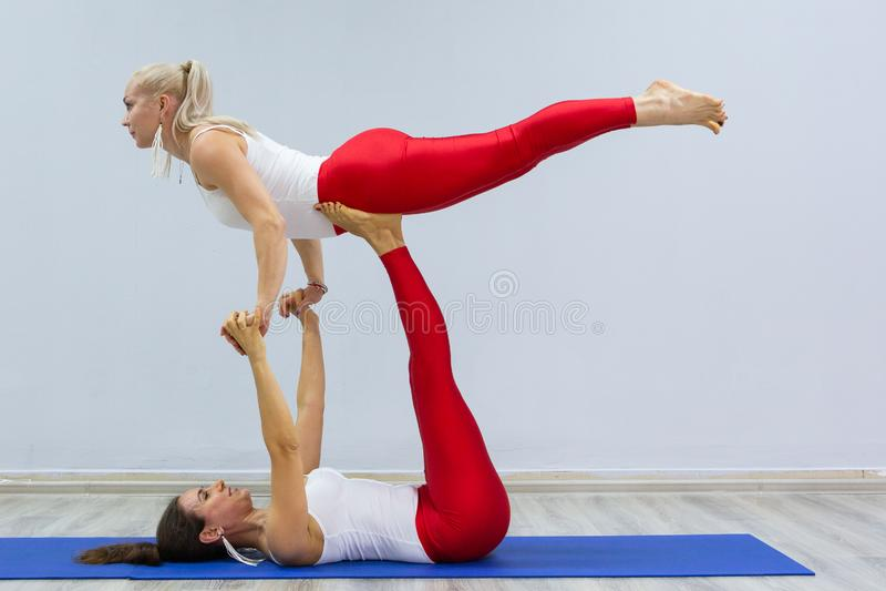 As meninas novas atrativas do esporte estão fazendo a ioga junto treinamento do grupo Conceito saudável do estilo de vida imagens de stock