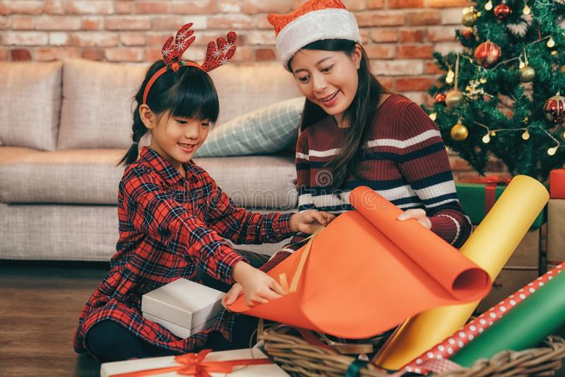 As meninas preparam-se para comemorar em casa o Natal fotografia de stock royalty free