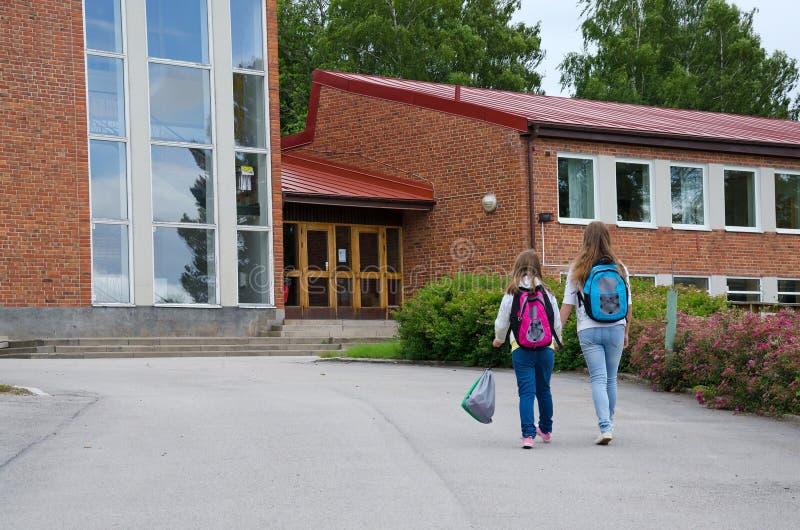 As meninas vão à escola imagens de stock