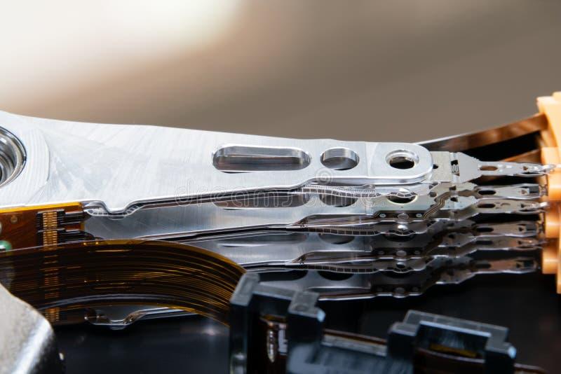 As met plaat en actuator wapen geopend hardeschijfstation HDD : De macro schoot hoogste mening stock afbeeldingen