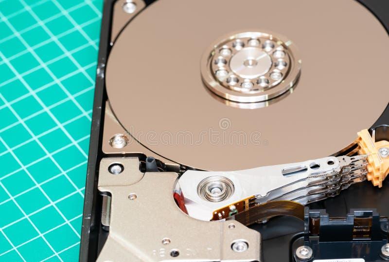 As met plaat en actuator wapen geopend hardeschijfstation HDD : De macro schoot hoogste mening royalty-vrije stock afbeelding