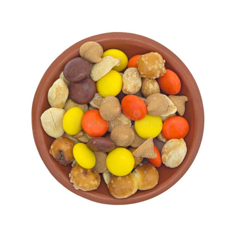 As microplaquetas da manteiga de amendoim e a fuga dos doces misturam na bacia pequena foto de stock