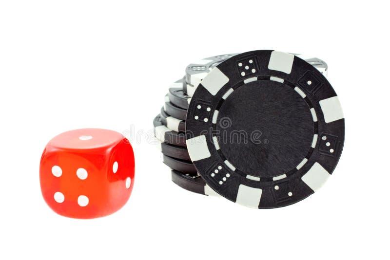 As microplaquetas de póquer pretas e o cubo vermelho dos dados isolaram-se imagem de stock