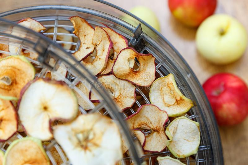 As microplaquetas tingidas frescas da maçã prepararam-se em uma casa fotografia de stock royalty free
