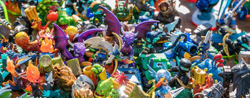 As miniaturas plásticas venderam para o consumo da infância na venda de garagem foto de stock royalty free