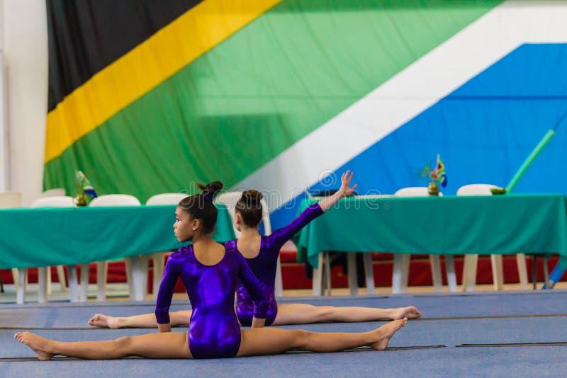 As moças da ginasta aquecem o assoalho fotos de stock royalty free