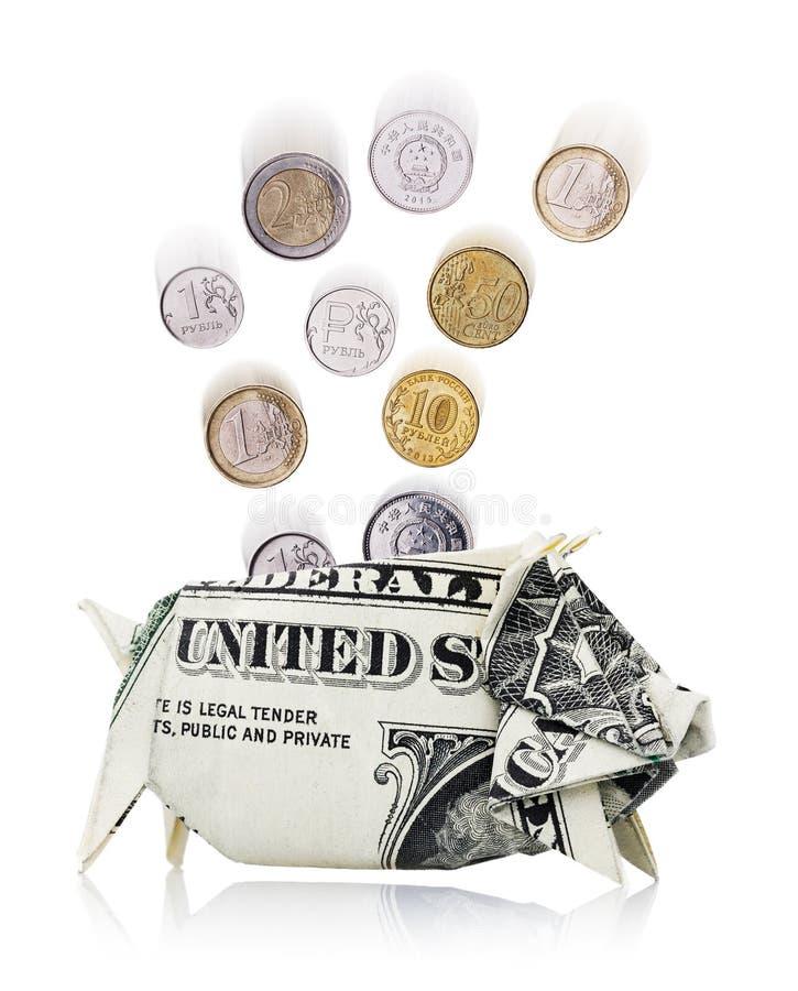 As moedas de países diferentes caem em um mealheiro imagem de stock
