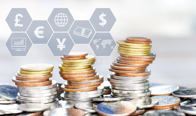As moedas empilham com o ?cone virtual na tabela O conceito do crescimento do neg?cio, financeiro ou do com?rcio mundial imagem de stock