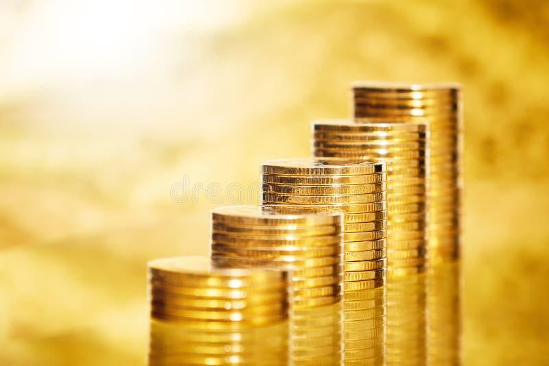 As moedas empilham no fundo imagens de stock