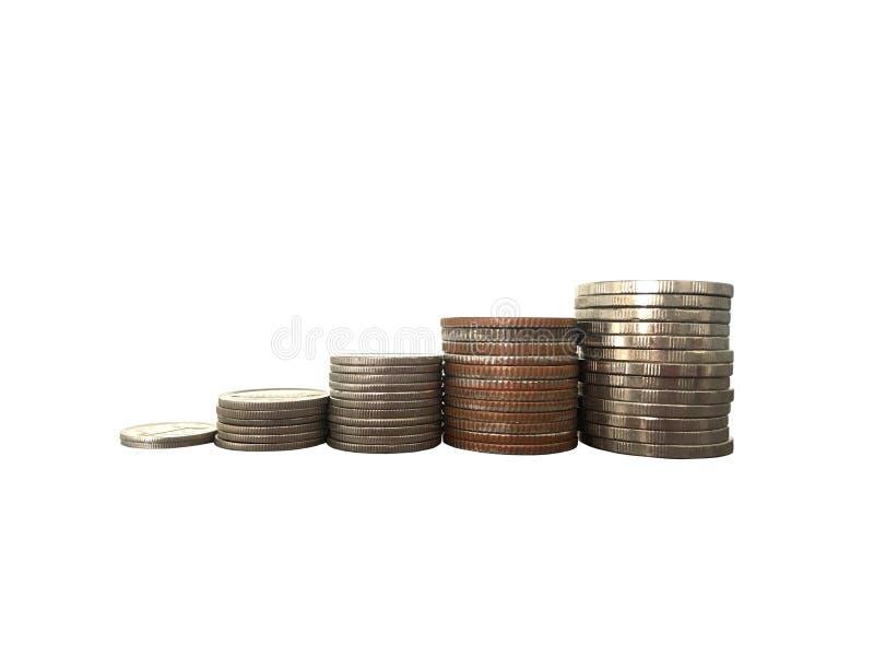 As moedas que empilham para a economia ou o negócio crescem acima o conceito no fundo branco fotografia de stock