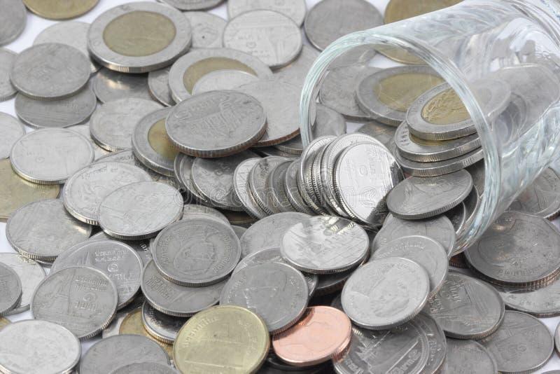 As moedas sobre o de vidro sejam comparáveis à avidez do ser humano foto de stock