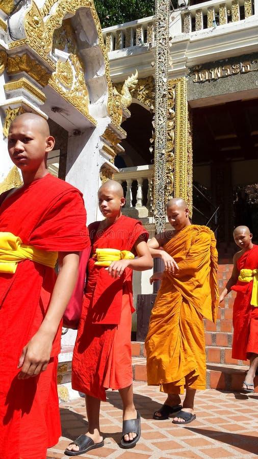 As monges budistas novas lamentam a morte de seu rei - Bhumibol Adulyadej fotografia de stock