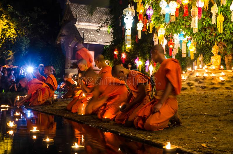 As monges budistas sentam meditar sob uma árvore de Bodhi Wat Pan Tao templo no novembro de 2015 em Chiang Mai, Tailândia fotografia de stock royalty free