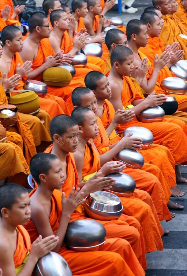 As monges de Yong pray foto de stock