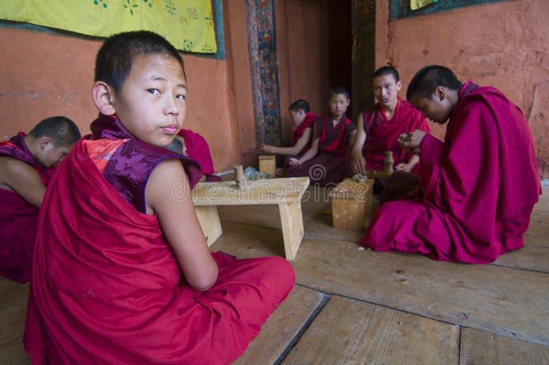As monges do principiante praticam a escultura Torma, Butão fotos de stock royalty free