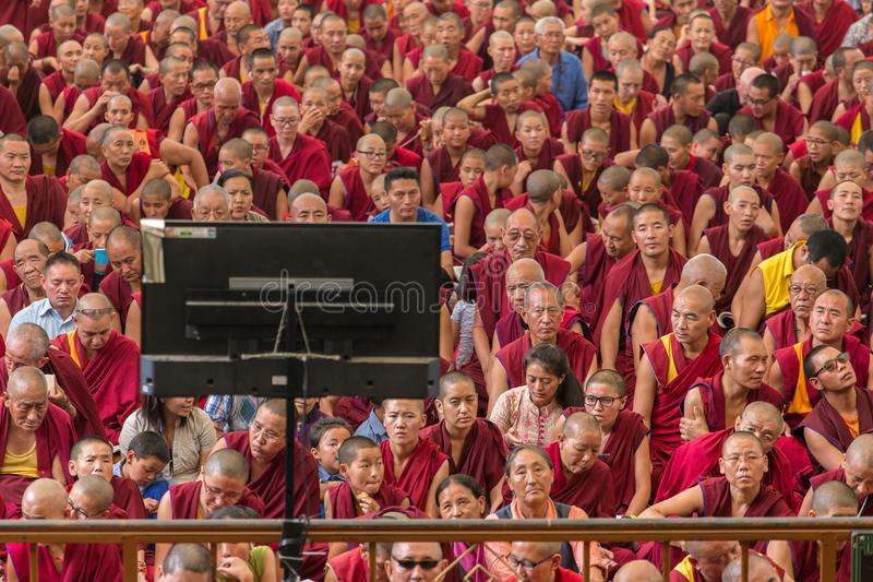 As monges e os povos tibetanos que escutam sua santidade os 14 Dalai Lama Tenzin Gyatso que dá ensinos em sua residência em Dhara imagens de stock royalty free