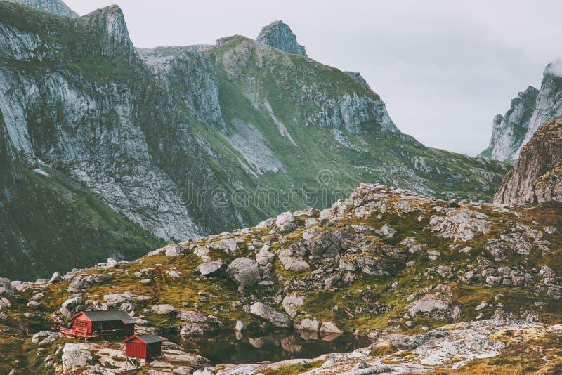 As montanhas ajardinam a cabana de Munkebu em Noruega T escandinavo fotografia de stock royalty free