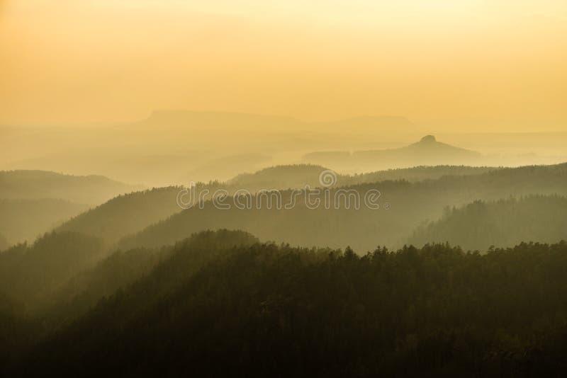 As montanhas ajardinam camadas na névoa, Suíça Saxão-boêmio, república checa imagem de stock