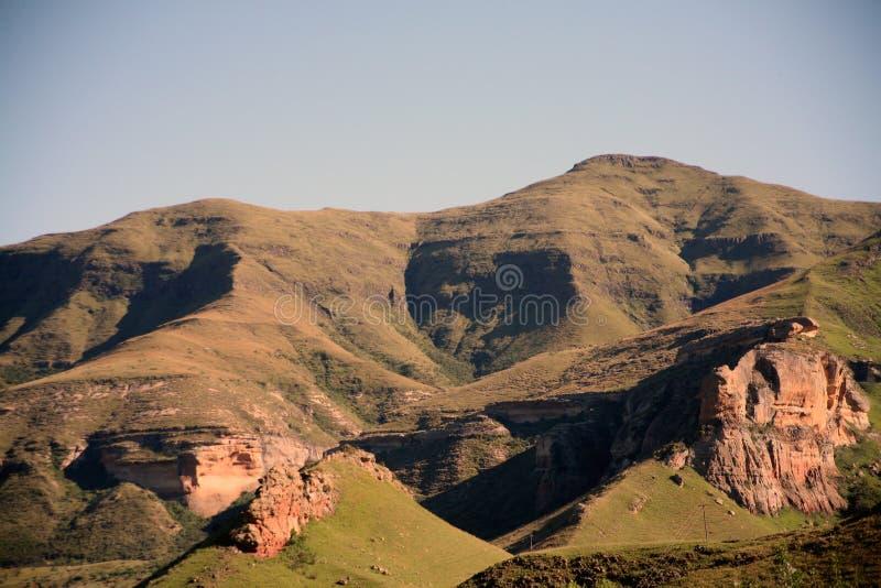 As montanhas aproximam Clarens (África do Sul) imagem de stock