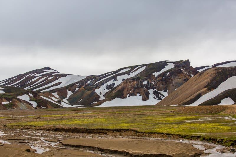 As montanhas coloridas de Landmannalaugar ajardinam a vista fotos de stock royalty free